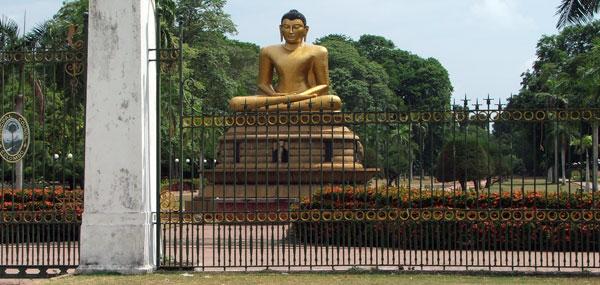 Stor buddha figur på Sri Lanka