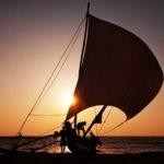 Smukt billede af en båd i solens skær