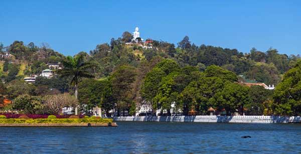 The White Buddha - kæmpen der overvåger Kandy på Sri Lanka