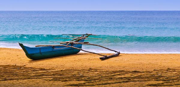 Kano på en strand på Sri Lanka