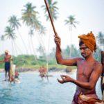 Fiskerne står på pæle og fisker hele dagen